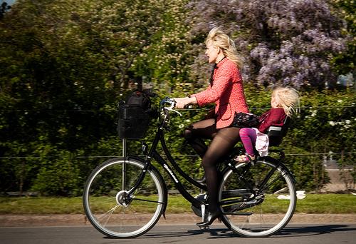 фото девушки на велосипедах в юбках